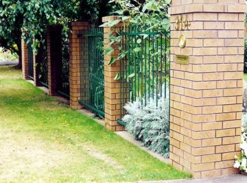 product-64-Rod-top-fence-between-brick-pillars[1]