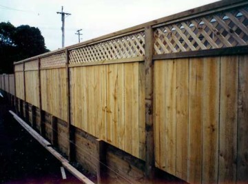 product-89-Trellis-top-fence-on-top-of-retaining[1]