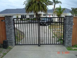 product-Black%20manufactured%20gates-Plant-People-20-5-07-NNW4[1]