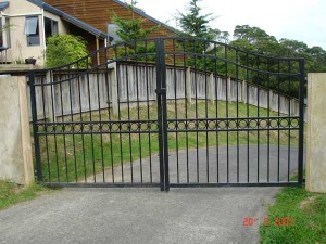 product2-35-Jo-Findlay-hinged-gates-29-Stephanie-Close-20-5-07-W2[1]